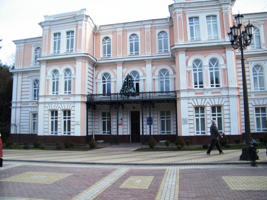 В этом здании в 1918 году  размещалось первое большевистское правительство города