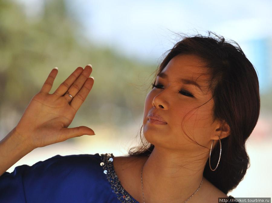 Другая актриса, она еще не сделала операцию по рашрению глаз, как сейчас очень модно в Азии, может копит на неё деньги.