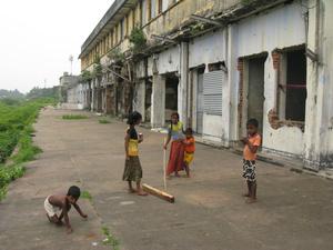 Дети, живущие на вокзале (взрослые на работе, дети тусуются)