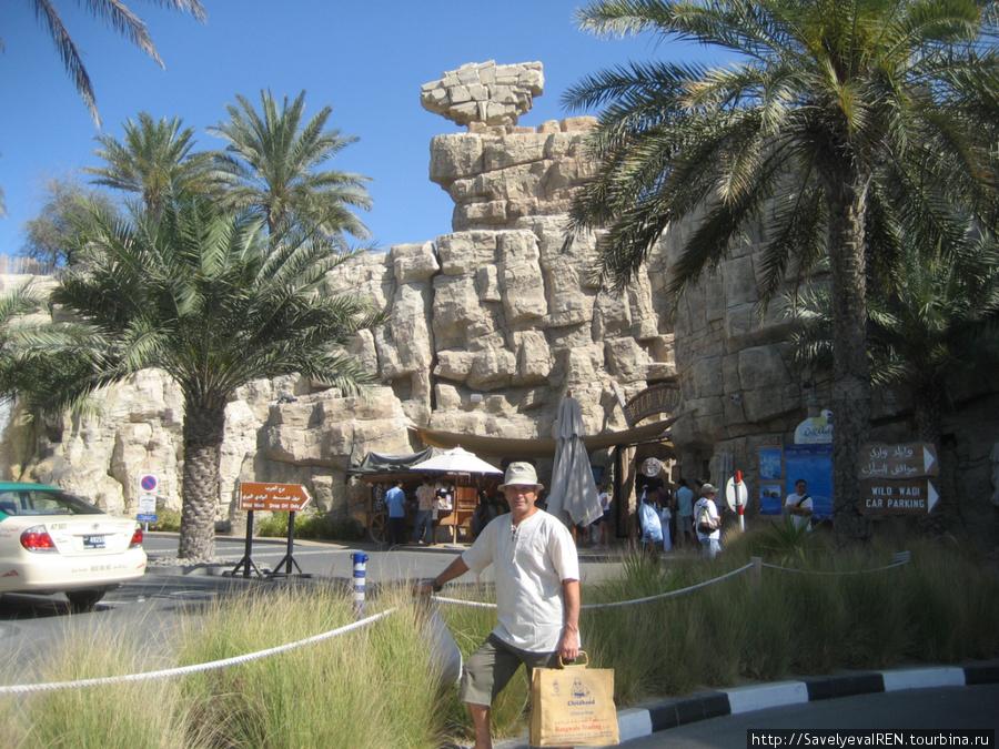 Вход в аквапарк похож на вход в пещеру.