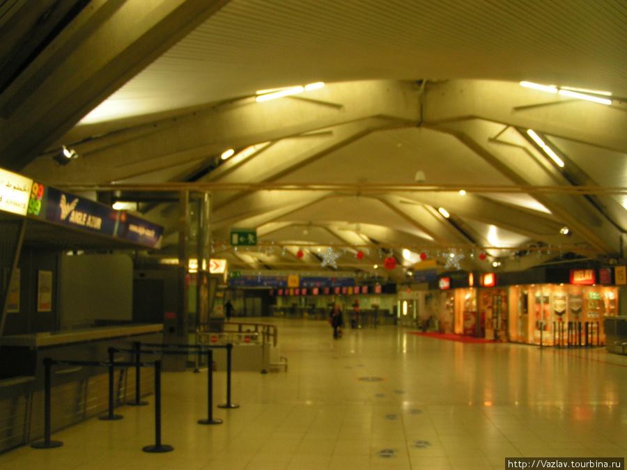 Одно из помещений аэропорта