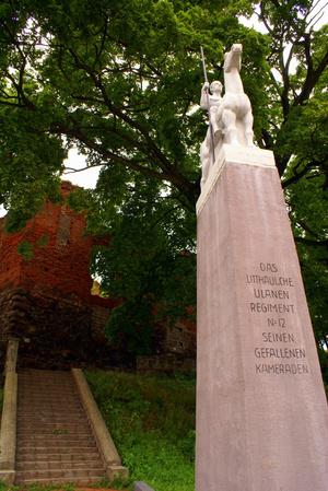 Статуя у входа в замок Инстербург