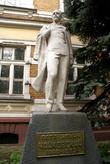 Памятник Петру Ильичу Чайковскому у здания Музыкальной школы в Черняховске