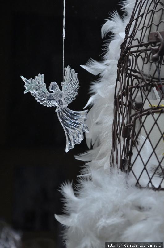 Разглядывать витрины — тоже занятие на прогулке по вечернему Динану. Вот и выклюнулся Рождественский сюжет.