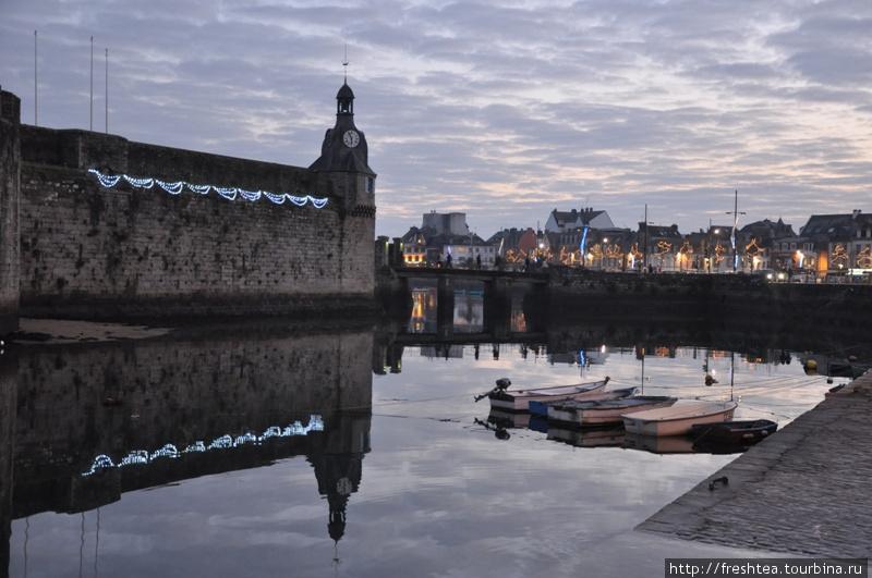 Конкарно — рыболовецкий порт на юге полуострова Бретань, в провинции Финистер. Он известен путешественникам своей мощной крепостью, что окружена водами залива и сегодня —