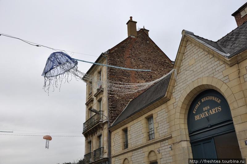 Креативные декораторы бретонской столицы и в иллюминации подчеркнули связь их земли с морем... Где еще встретишь медузу в новогодней гирлянде со щупальцами через все улицу?