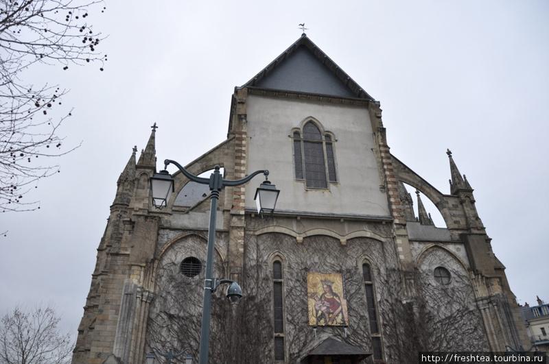 Имя Анны Бретонской, чей портет украшает фасад собора,  — предмет гордости жителей Бретани. Лишь в 16-ом столетии земли Бретани присоединили к Франции, когда Анна, став королевой, выхлопотала для своей родины ряд привилегий. Некоторые их них действуют и поныне, напр., освобождение от уплаты дорожных сборов. В Бретани не платят за проезд по дорогам, даже на скоростных магистралях.