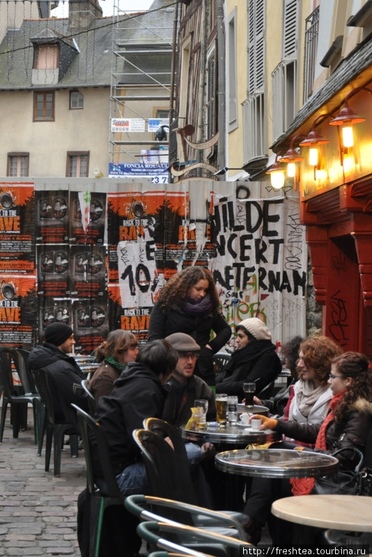 В зябкие дни народ на улицах Ренна греется горячим вином, пряным чаем и шутками...