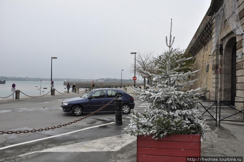 Этот снег на елке у въезда в город  — искусственный, из баллончика... Но мы успели и в настоящую пургу попасть, правда, ненадолго.