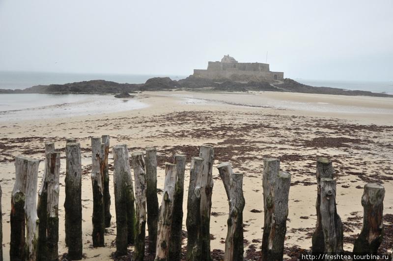 С подъемом воды подступы к форту на о. Баз заливает, и он становится неприступной островной крепостью.