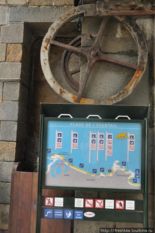 О режиме прихода воды к берегам Сен-Мало информируют плакаты, как этот, у Старых ворот. Створки ворот все еще движет специальная система передач.