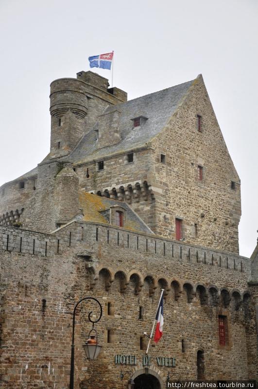 Над старинной Ратушей Сен-Мало — флаг герцогов бретонских с горностаем, символом Бретани. На полотне этот чистоплотный зверек появился в 12-13-ом веках, когда краем правил герцог Пьер I Дрё. По легенде, горностай остановился перед мутной водой реки на топком берегу — и повернулся в сторону преследователей. Его символическому порыву последовал и сам герцог, уходящий со свитой от погони.