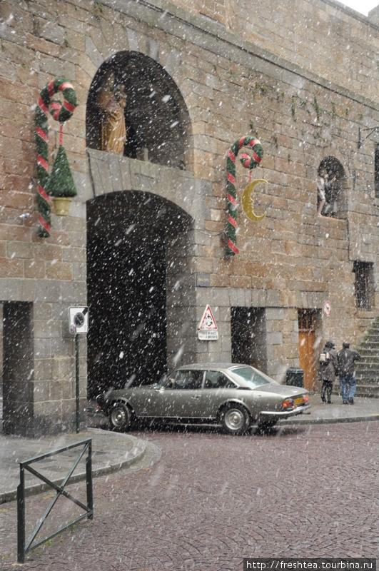 А вот и настоящая метель! Стать свидетелем такого зрелищем в Сен-Мало могут немногие — снег в Бретани скорее, исключение, чем правило.