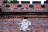 Герб над входом в форт №3