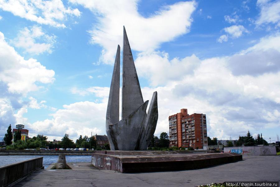Монумент на берегу реки Преголя Калининград, Россия
