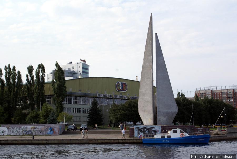 Монумент и Дворец спорта на берегу реки Преголя Калининград, Россия