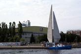 Монумент и Дворец спорта на берегу реки Преголя