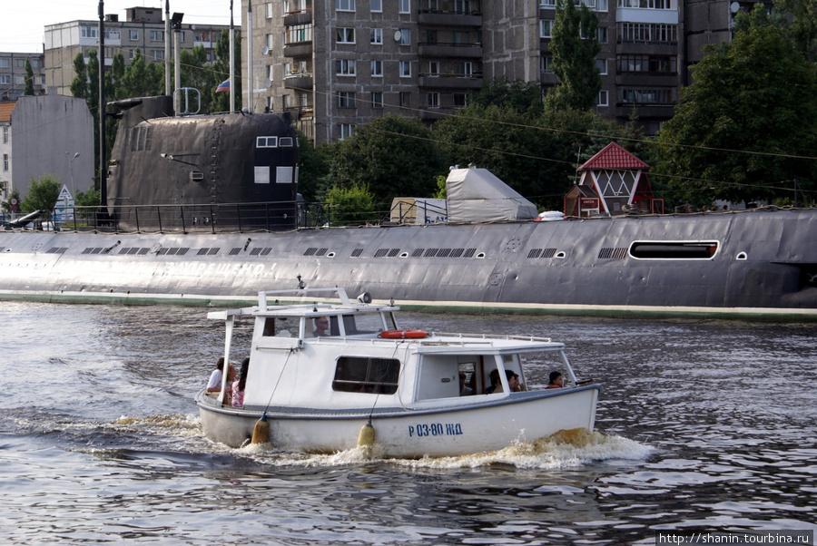 Экскурсия мимо припаркованной у берега подводной лодки Калининград, Россия