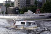 Экскурсия мимо припаркованной у берега подводной лодки