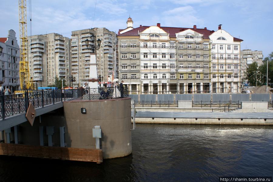 Новые дома на берегу реки Преголя Калининград, Россия