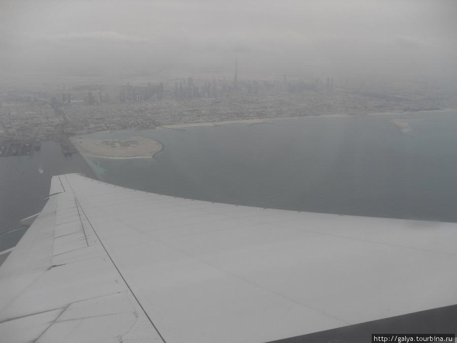 Под крылом самолета о чем-то поет синее море Персидского залива....