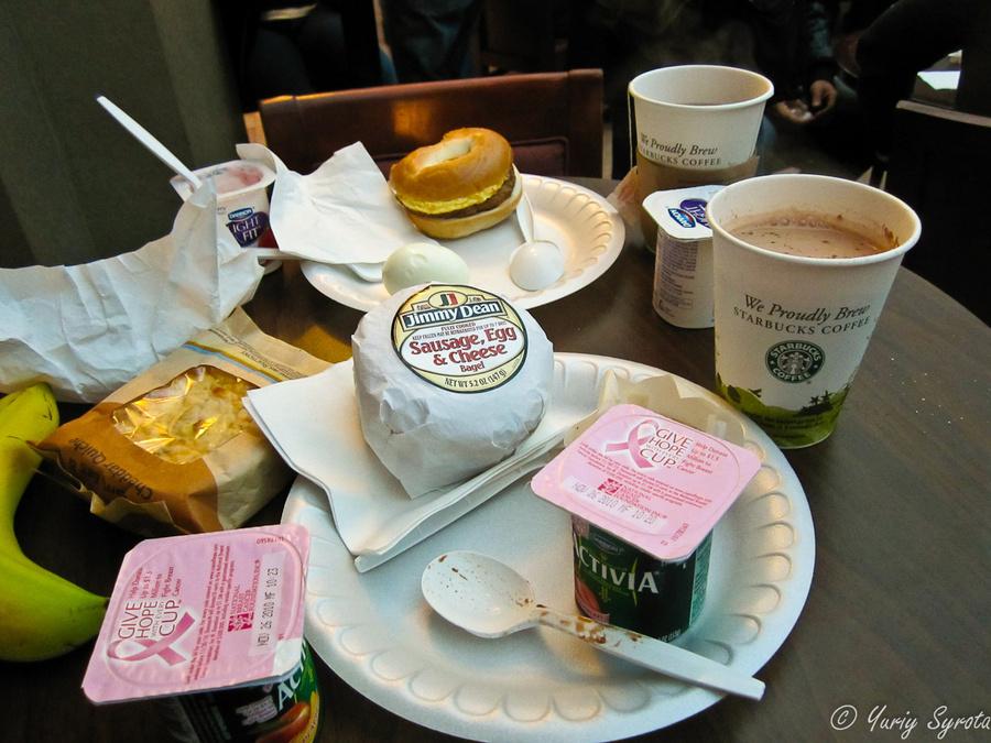 Вот завтрак. Гамбургер был замороженным и оказался гадким. Как видите, выбрать там особо было нечего.
